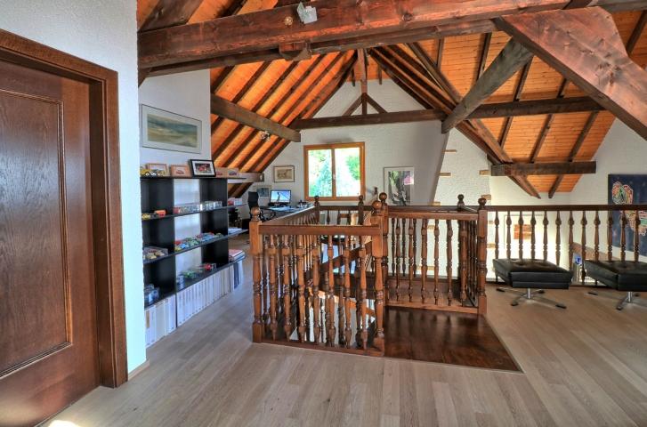 Très belle maison d'angle au toit escarpé à deux pans. VENDU-Janvier 2019
